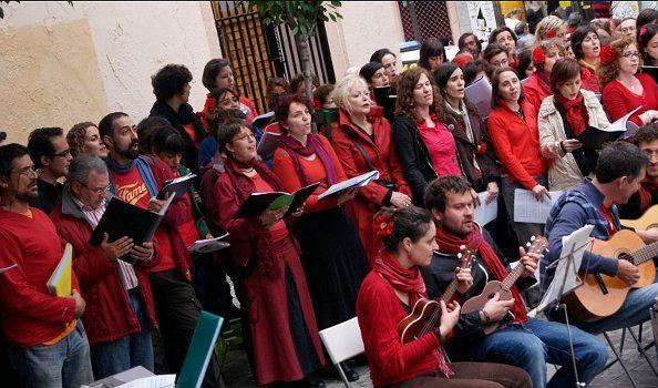 Coro en la plaza de San Ildefonso | SOMOSMALASANA.COM
