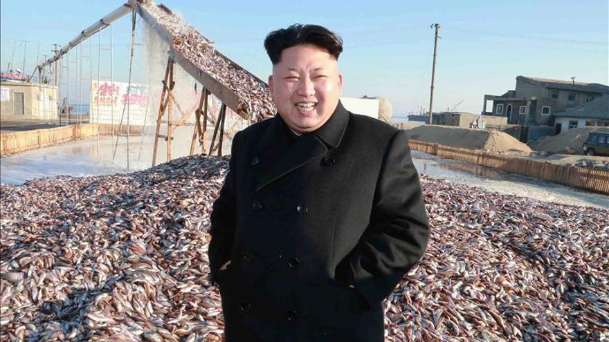 Fotografía sin fecha suministrada por la Agencia Central Norcoreana de Noticias (KCNA) que muestra al líder norcoreano Kim Jong-un mientras recorre una planta militar de procesamiento de pescado en Corea del norte.