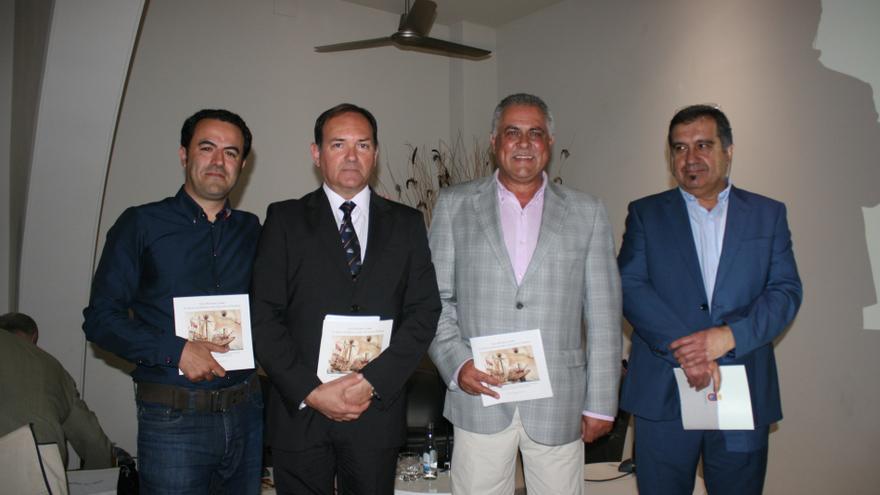 Los ponentes y representantes locales con la guía presentada en el Hotel Médano.