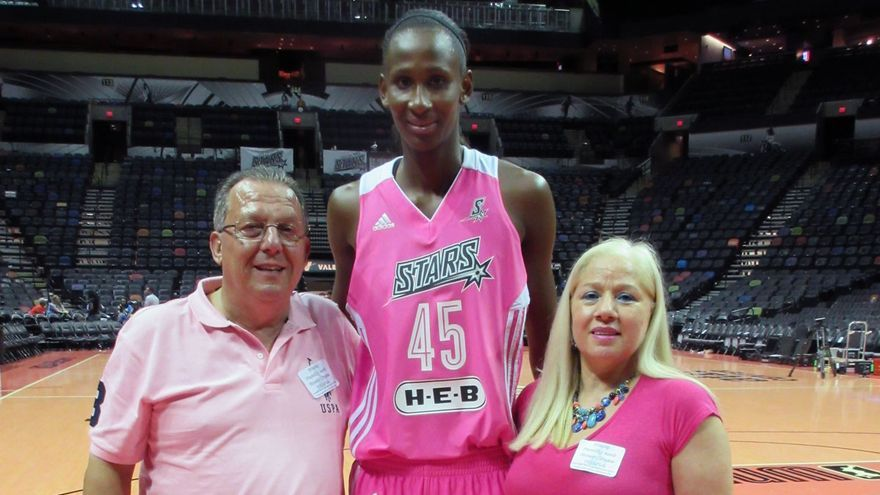 Domingo Díaz, Astou Ndour y Begoña Santana, tras un partido de la WNBA