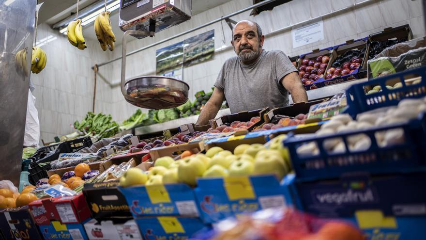 Desde su frutería, Octavio también apoya los repartos de alimentos del barrio.