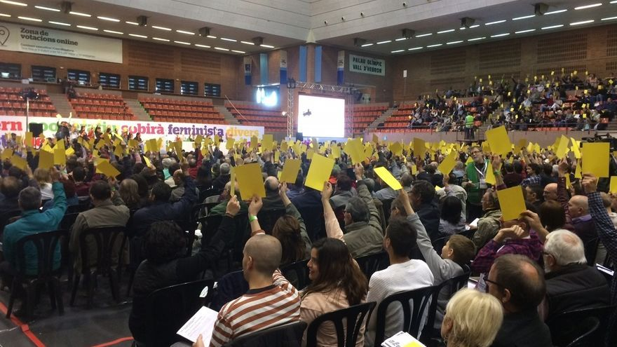 Los 'comuns' aparcan el independentismo en su documento fundacional y apuestan por la República