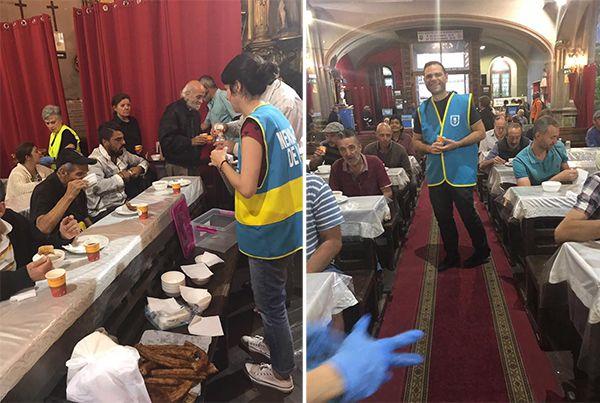 Los novios repartiendo en San Antón el desayuno solidario de su boda   Fotografía: Mensajeros de la Paz
