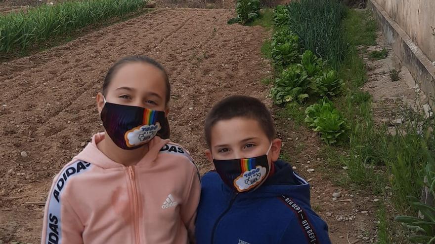 Alicia y Eloy, de visita al huerto en el primer día de salida para los niños tras el estado de alarma.
