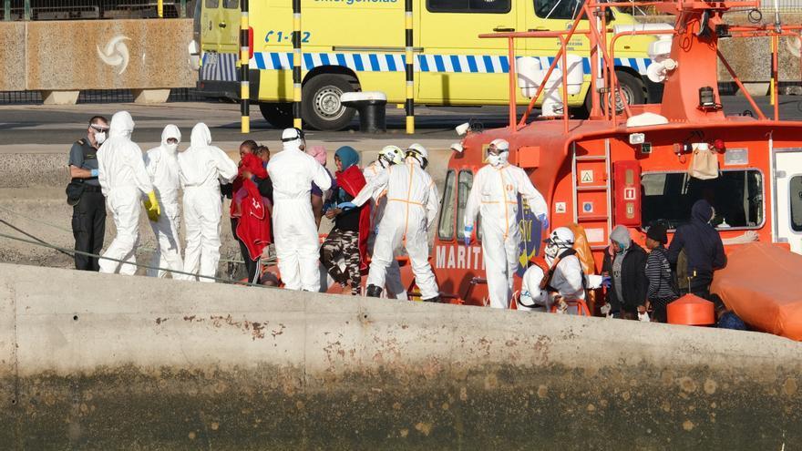 Salvamento rescata a 25 personas, entre ellas tres menores, de una lancha neumática a cinco millas de Lanzarote