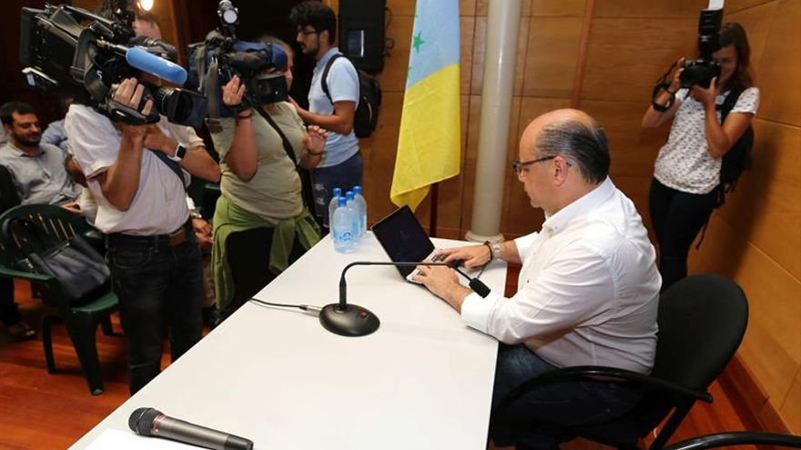 El secretario general de Coalición Canaria, José Miguel Barragán (d).