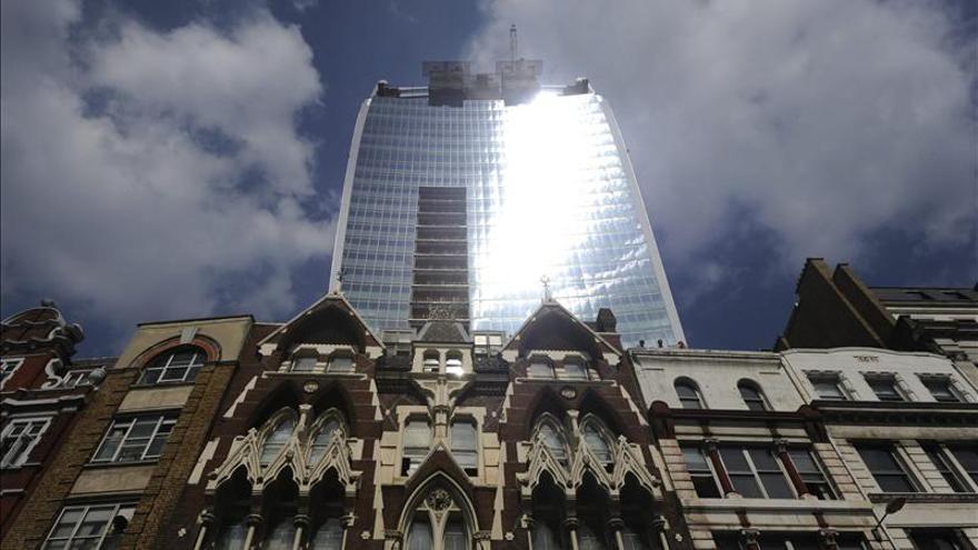 Solucionan el problema de un rascacielos en Londres cuyo reflejo quemó un coche