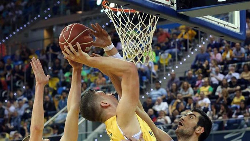 El pívot del Gran Canaria Alen Omic (c) y el también pívot del Obradoiro Triguero (d), durante el partido correspondiente a la novena jornada de la fase regular de la liga ACB que ambos equipos disputaron en el Gran Canaria Arena, en Las Palmas de Gran Canaria. EFE/Elvira Urquijo A.