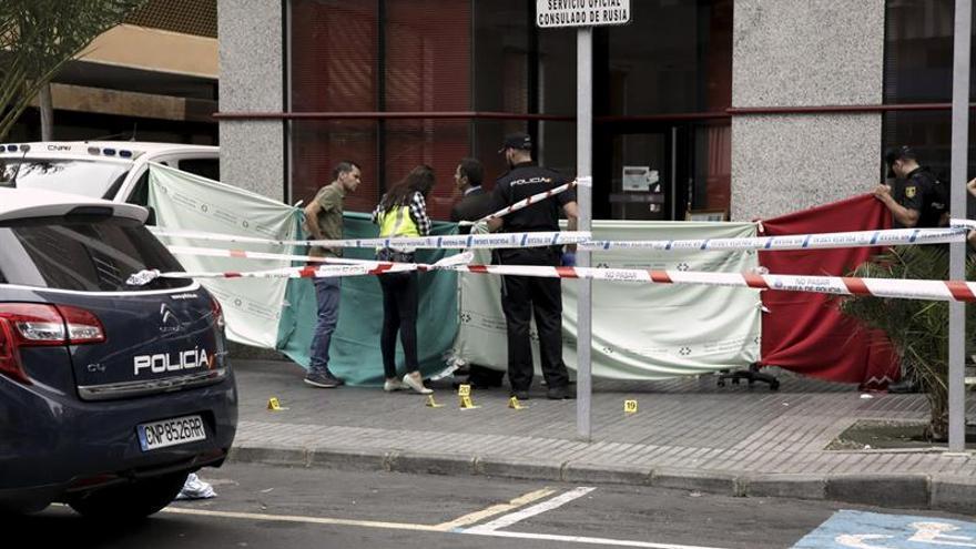 Agentes de la Policía Nacional investigan el hallazgo del cadáver de un hombre en Franchy Roca. (EFE/Ángel Medina G).
