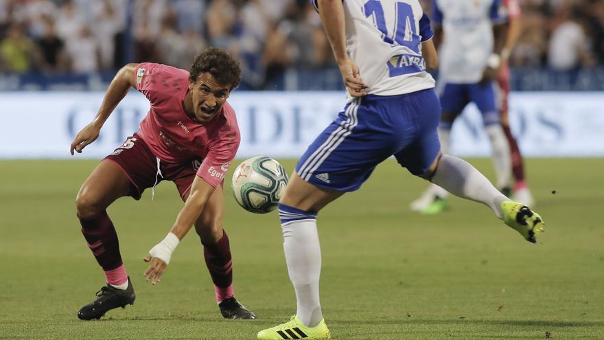 Luis Milla disputando un balón ante el Real Zaragoza