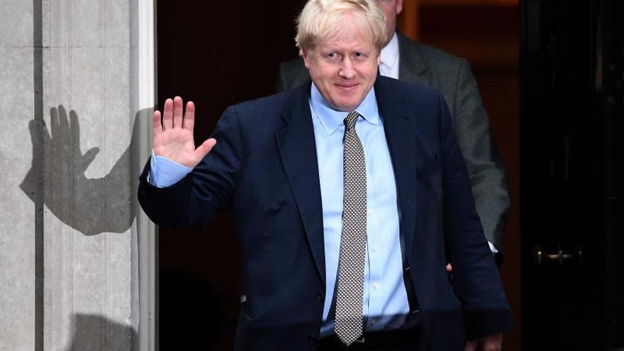 El primer ministro británico, el conservador Boris Johnson, a su salida del número 10 de Downing Street en Londres (Reino Unido).