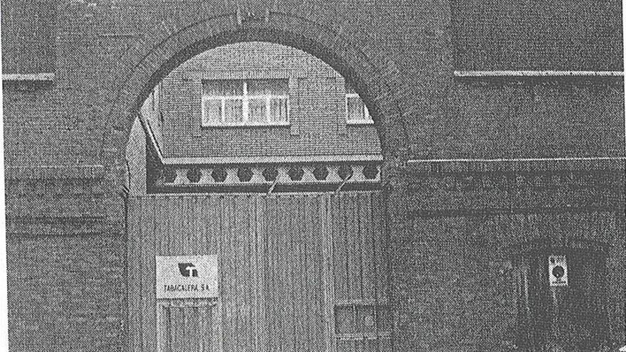 Puerta de la cárcel situada en Tabacalera. | ANTONIO ONTAÑÓN