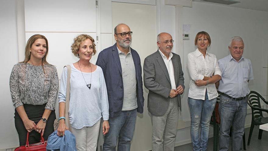 Ylenia Pulido, María Nebot, Juan Manuel Brito, Antonio Morales, Inés Jiménez y Carmelo Ramírez antes de la reunión entre Nueva Canarias y Podemos (ALEJANDRO RAMOS)