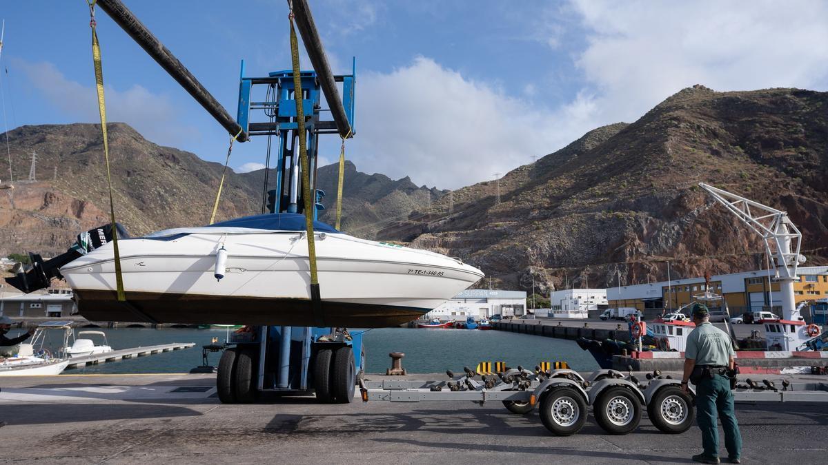 Agentes de la Guardia Civil remolcan la embarcación del padre de Anna y Olivia. EFE/Ramón de la Rocha/Archivo