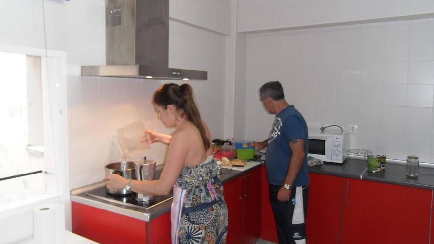 Una familia cocinando en La Tahona. \ Cruz Roja Granada