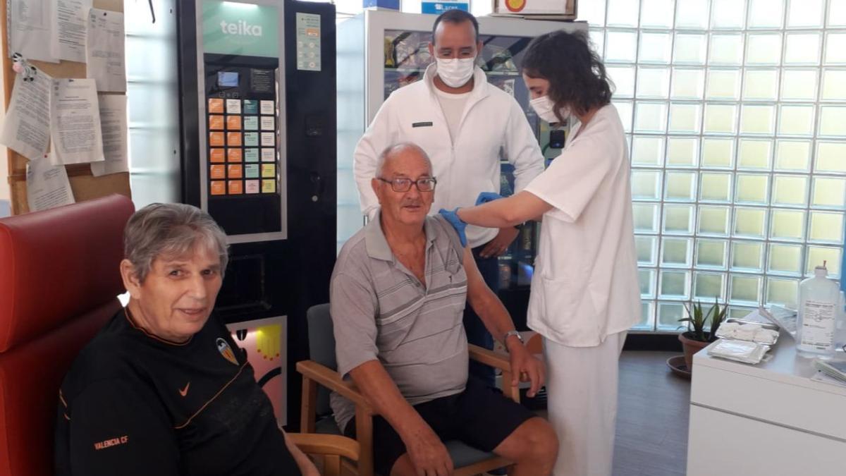 Personal sanitario inyecta la tercera dosis de la vacuna contra la COVID en residencias valencianas.