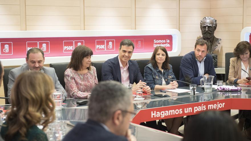 Pedro Sánchez en la primera reunión de la Comisión Permanente del PSOE tras su llegada a Moncloa.