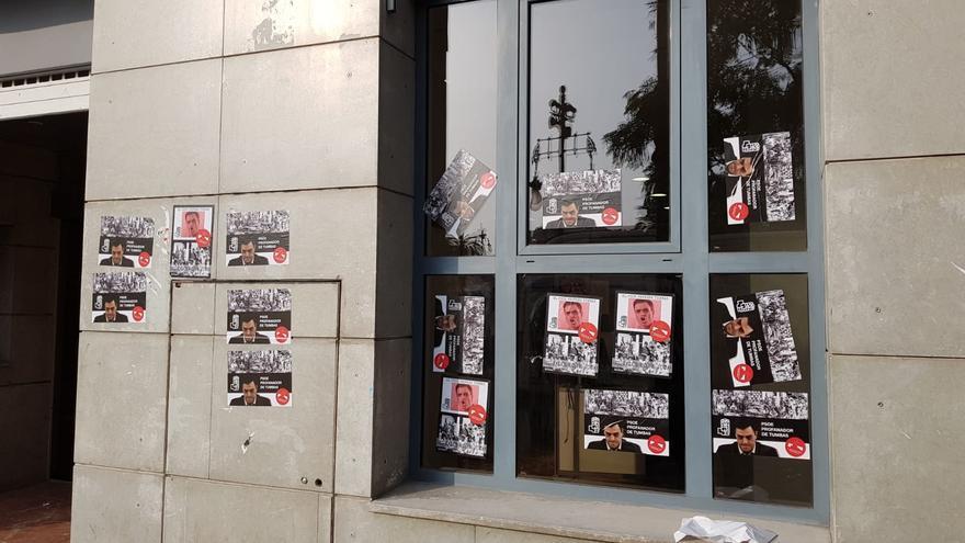 La sede del PSPV en Valencia ha aparecido llena de carteles contra Pedro Sánchez