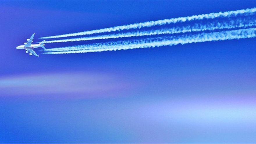 Estelas producidas en un avión por el aire frio en las capas altas de la atmósfera