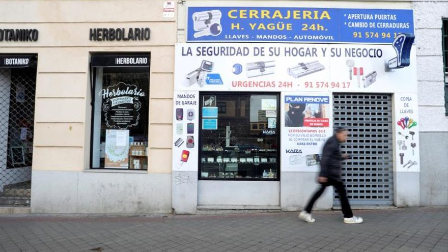 Un hombre pasa frente a un local cerrado, en la madrileña calle del Doctor Esquerdo.