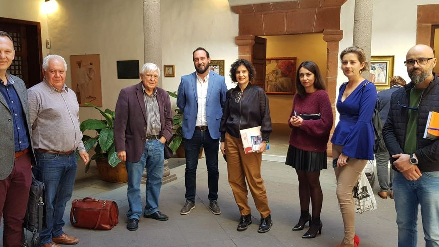 Jovita Monterrey con representantes de los ayuntamientos.
