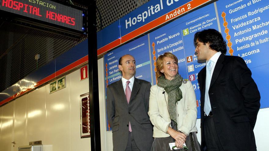 La expresidenta de la Comunidad de Madrid, Esperanza Aguirre, con los exconsejeros de Transportes y Sanidad, Manuel Lamela (i) y Juan José Güemes (d), durante la inauguración de un tramo de la línea 7 de Metro.