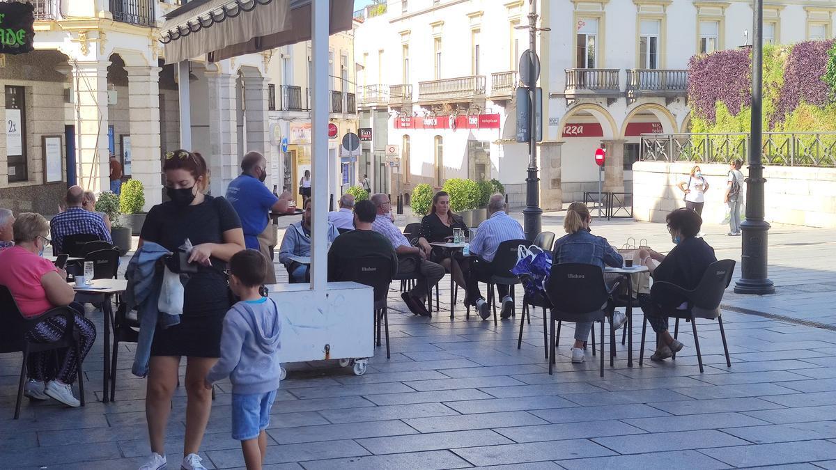 Varias personas en la terraza de una cafetería