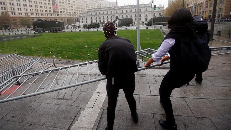 Estudiantes chilenos vulneran la seguridad y protestan en La Moneda