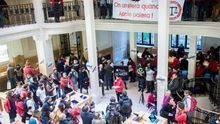 Ocupan una tienda de Apple en París para denunciar su evasión fiscal