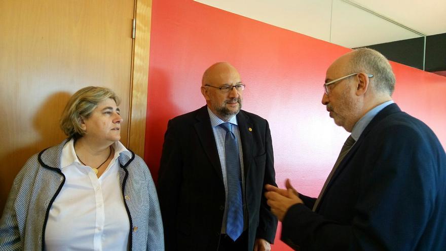 Alcaraz conversa con la consellera balear Esperança Camps