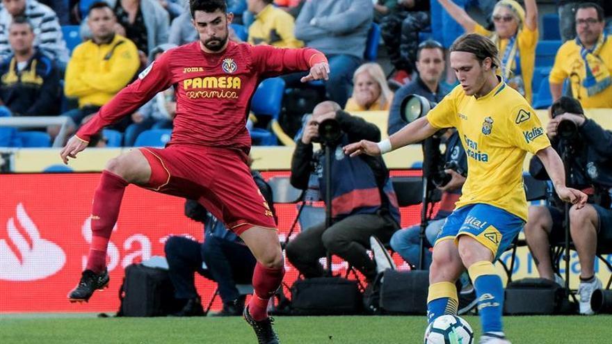 El centrocampista croata de la UD Las Palmas, Alen Halilovic, golpea el balón ante el centrocampista del Villarreal Rodrigo Hernández. (EFE/Ángel Medina G.)