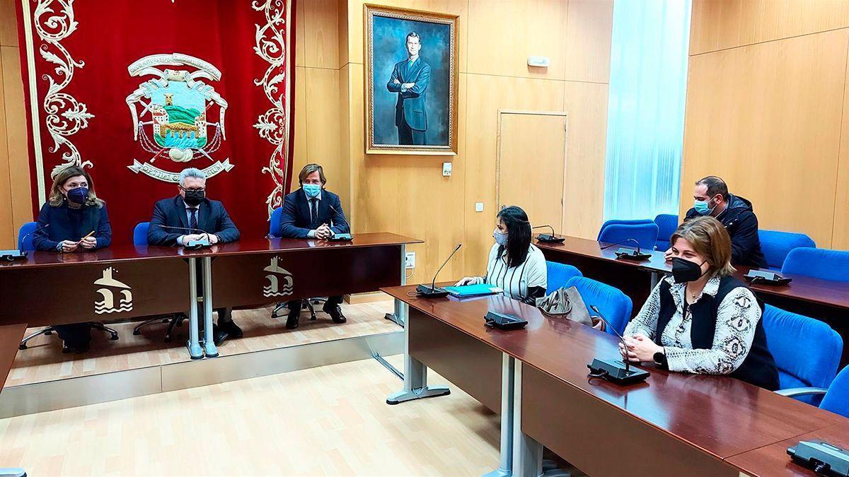 Morales (centro), entre Botella y Repullo, en la Presidencia del Salón de Plenos del Ayuntamiento de Puente Genil, durante la reunión.