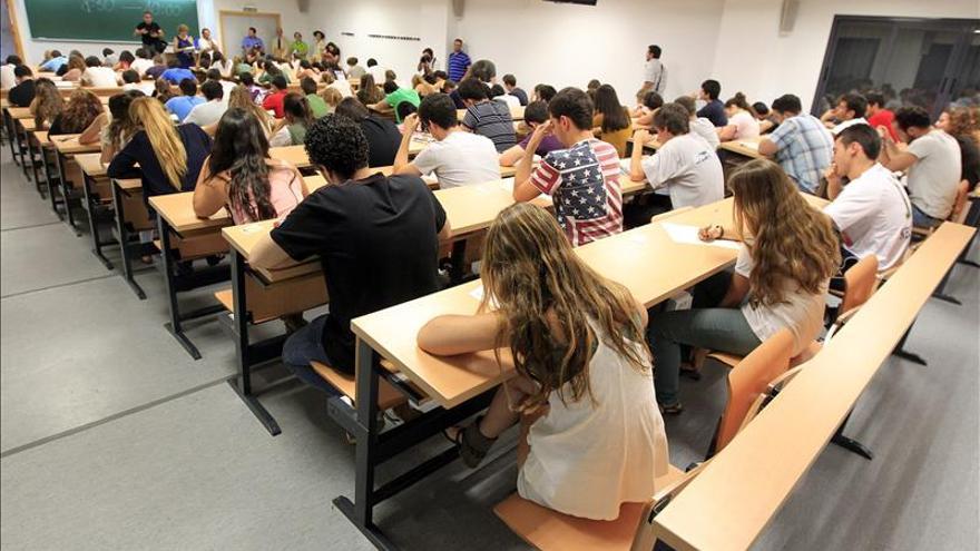 Imagen de archivo: estudiantes universitarios durante una clase.
