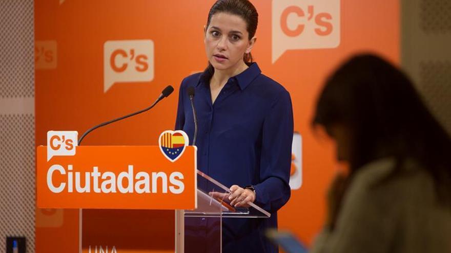 """Arrimadas afea a Puigdemont que presupuestos solo busquen """"contentar"""" a CUP"""