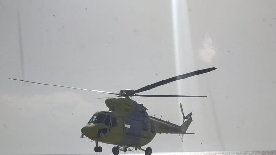 Despegue del helicóptero desde su base en Fuencaliente.