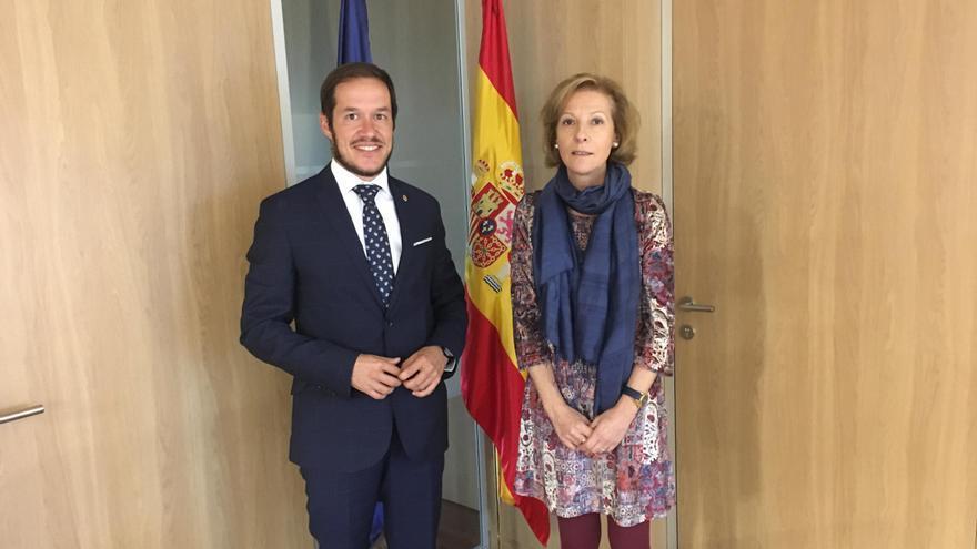El senador por La Palma, Mariano Hernández Zapata, y la directora del Instituto Nacional de la Seguridad Social, Eugenia Martínez Mendizábal.