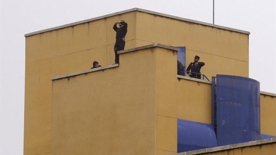 Varios agentes de policía en la azotea del CIE de Aluche (Madrid) | FOTO: EFE