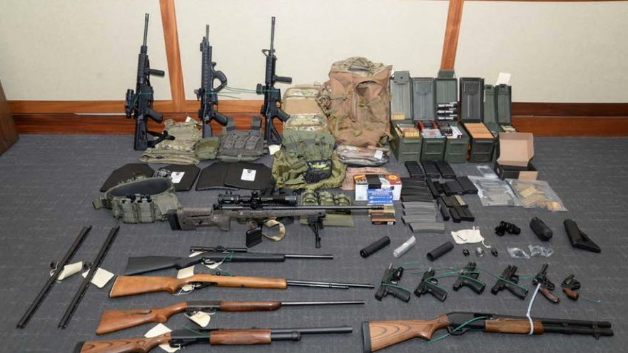 Foto del arsenal de Christopher Hasson distribuida por la Fiscalía de Maryland.