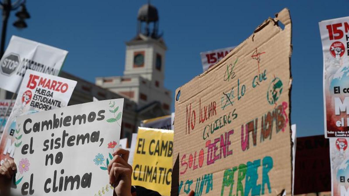 """""""Cambiemos el sistema, no el clima"""", uno de los lemas de las manifestaciones de 'Fridays for Future'. EFE. eldiario.es"""