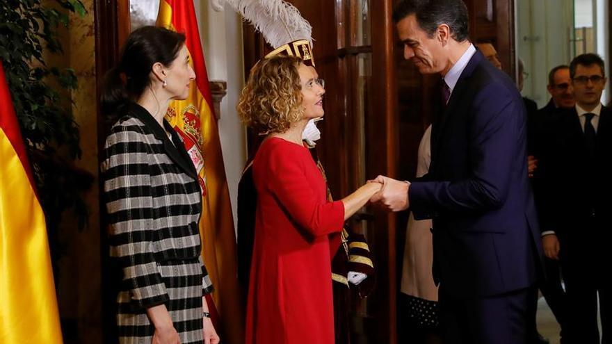 Pedro Sánchez saluda a las presidentas del Congreso y del Senado, Meritxell Battet y Pilar Llop