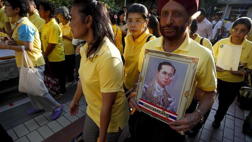 Miles de tailandeses recuerdan al rey Bhumibol en el aniversario de su muerte