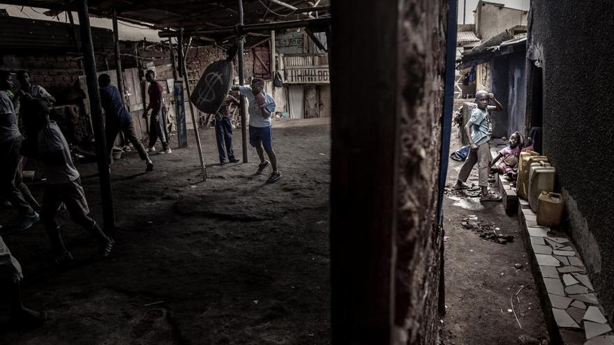 © John T. Pedersen. 'Boxing in Katanga', ganadora del primer premio en la categoría 'Deportes'.  Moreen Ajambo (30) entrena en el club de boxeo Rhino en Katanga, un gran asentamiento de tugurios en Kampala (Uganda)