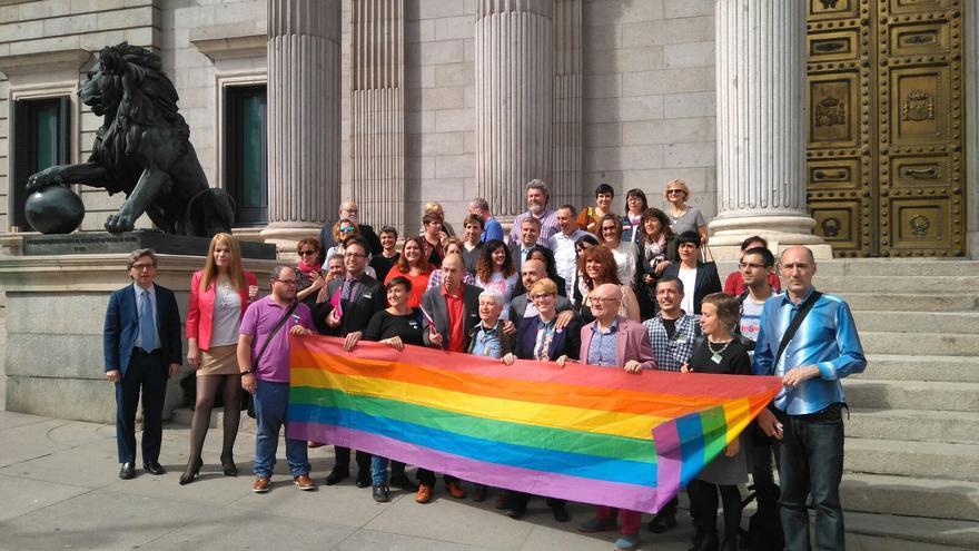Integrantes de la FELGTB haciendo entrega en el Congreso de los Diputados de su proposición de Ley de Igualdad LGTBI. Foto: FELGTB