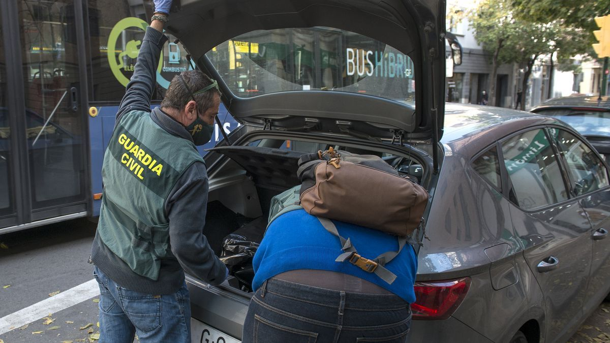Agentes de la Guardia Civil depositan objetos personales en uno de los registros de la Operación Voloh
