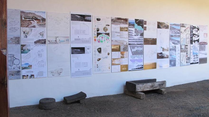 El Patio de Los Naranjos, en el antiguo convento de San Francisco, en Santa Cruz de La Palma, alberga la exposición donde se muestran los 104 proyectos que se presentaron al concurso de ideas para la explotación del recurso natural de la Fuente Santa y su entorno.
