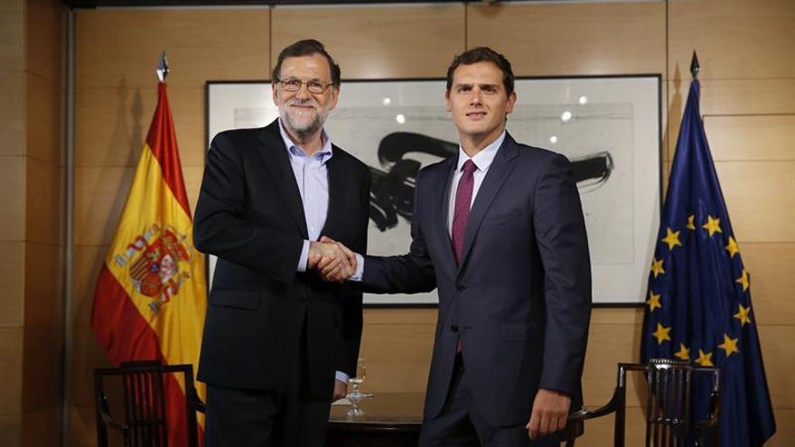 Saludo entre Mariano Rajoy y Albert Rivera antes de su cuarta reunión en el Congreso tras las elecciones del 26J
