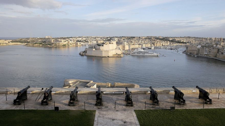 Confinan en Malta a 31 estudiantes de Tarragona por un positivo en el avión