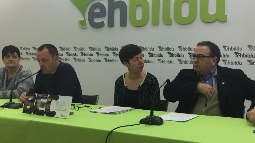 Unai Urruzuno y los consejeros nombrados a propuesta de EH Bildu, Bea Narbaiza y Karmelo Landa.