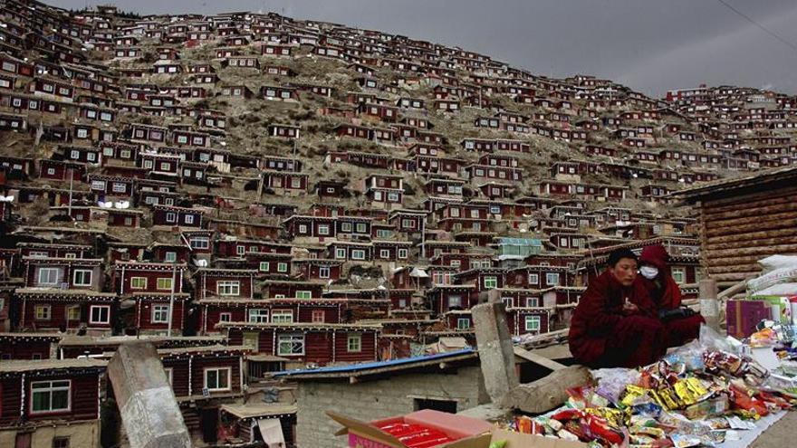 China desaloja a 3.500 personas del mayor monasterio del Tíbet