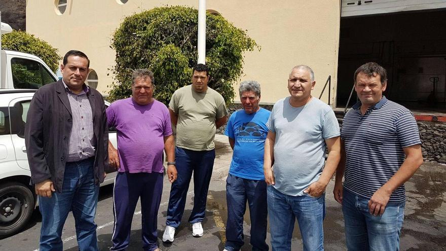 El consejero de Agricultura, Ganadería y Pesca del Cabildo, José Basilio Pérez (i), con los miembros de la nueva junta directiva de la Cofradía de Pescadores de Tazacorte.